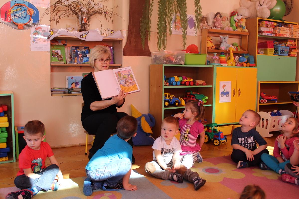 Czytanie Na Dywanie W Przedszkolu W Trześniowie Gminna