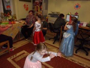 """Bal """"urodzinowo-karnawałowy"""" w bibliotece w Trześniowie."""